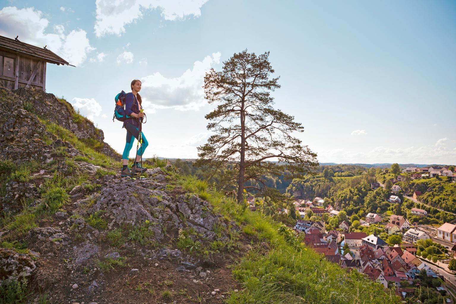 Autorin blickt vom Berg hinunter ins Tal