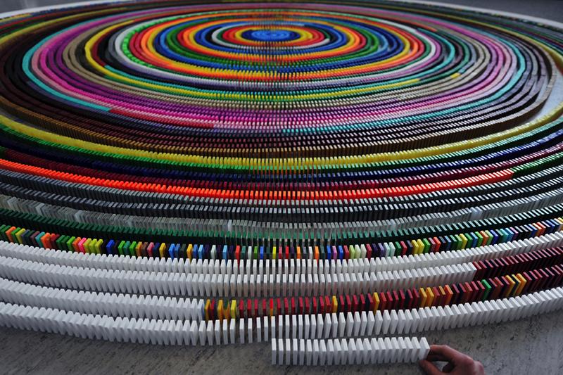 In einer Spirale aufgereihte bunte Dominosteine
