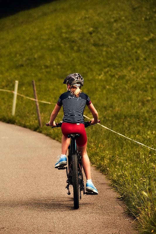 … ihr Vater dafür umso mehr. Unser Autor musste sich auf seiner Radtour nicht nur dem Berg, sondern auch seiner Tochter geschlagen geben. Unser Autor berichtet von seinem Kampf gegen ein E-Mountainbike.