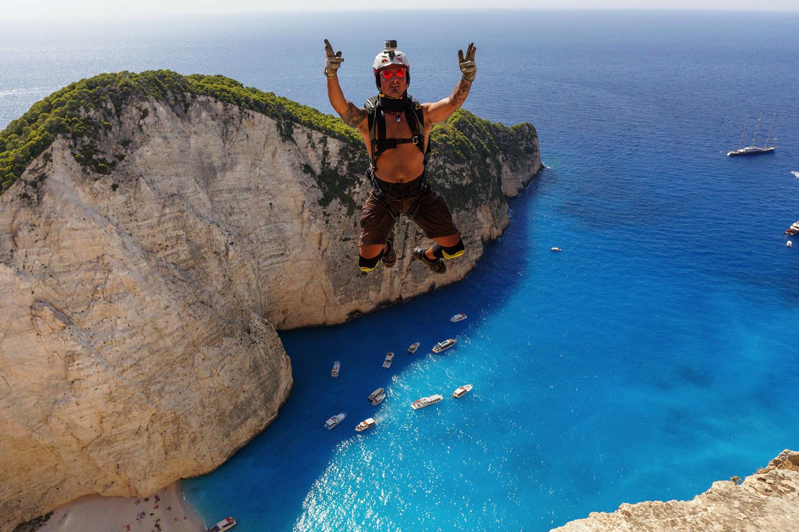 Ein Basejumper ist im freien Fall über der blauen Bucht von Zakynthos.