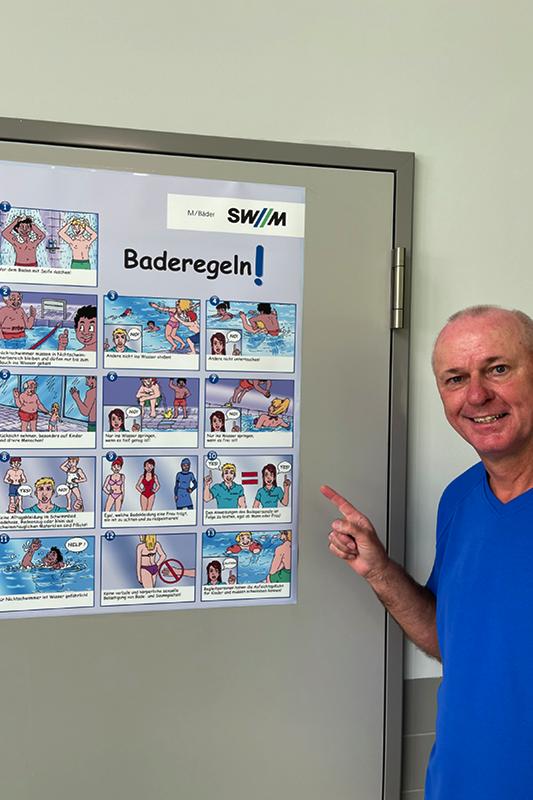 Bademeister Willi Will hat die Baderegeln dank eines Posters immer Blick.